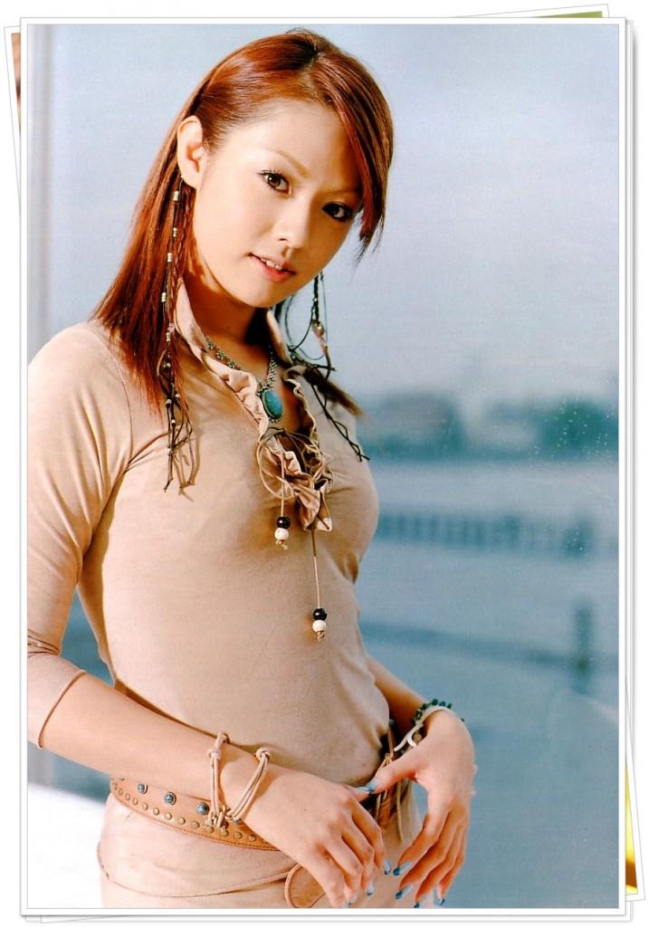 落ち着いた色の服をきる深田恭子