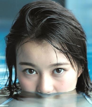 水着を隠して潜る生田絵梨花