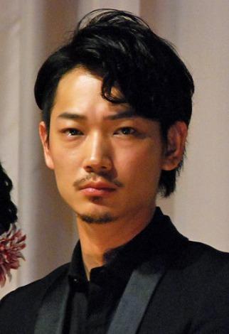 綾野剛の俳優デビューは『仮面ライダー555』だった!画像まとめのサムネイル画像