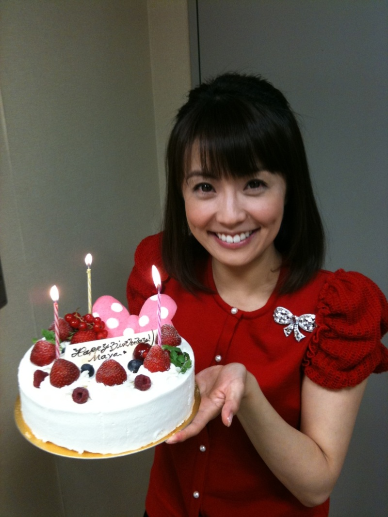 誕生日ケーキを持つ小林麻耶