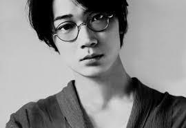 綾野剛のメガネ姿がかっこいい!ブランドやドラマでの着用姿まとめ