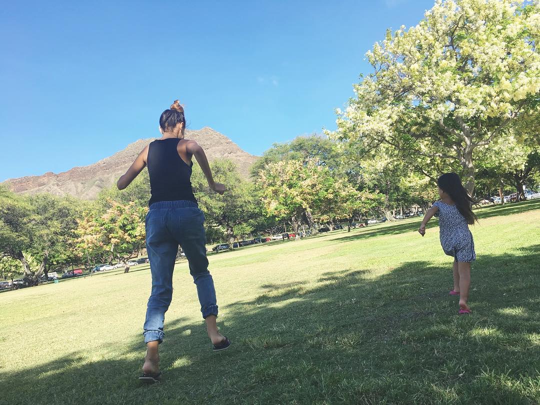 愛娘と公園を走る吉川ひなの