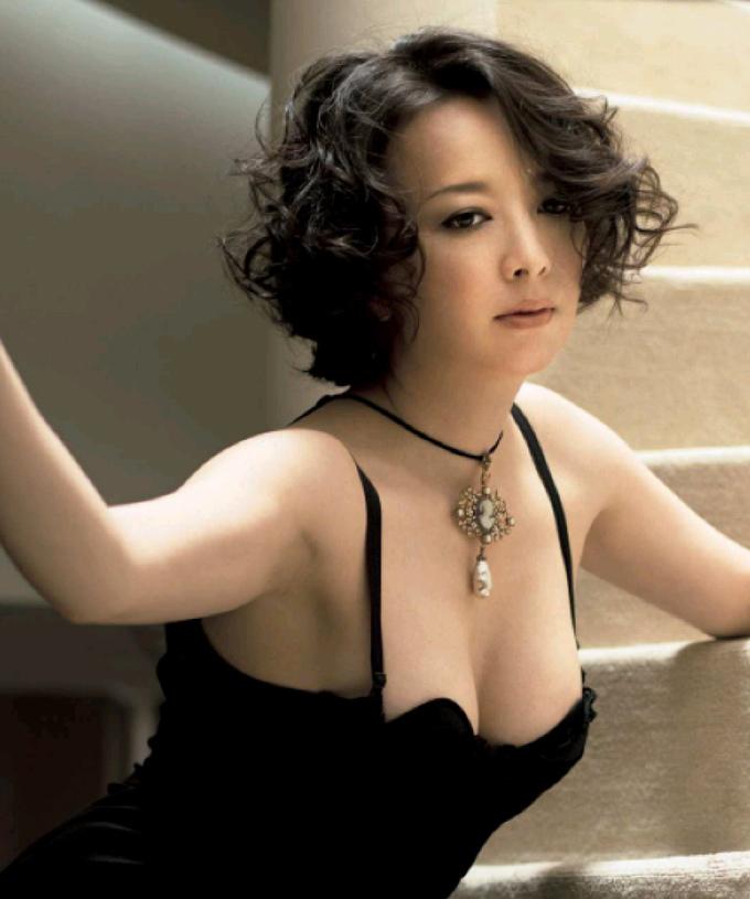 黒いセクシーな服装と艶っぽい表情の高橋由美子