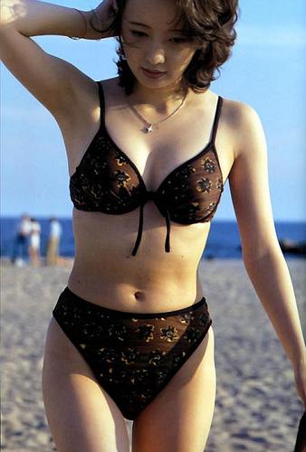 高橋由美子のグラビア画像!昔は水着写真集も!41歳で再挑戦?のサムネイル画像