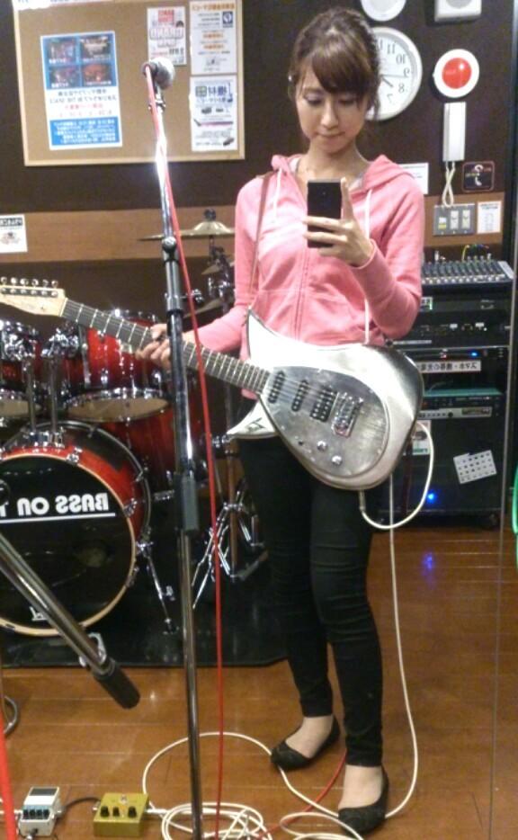 ギターを持つ酒井千佳
