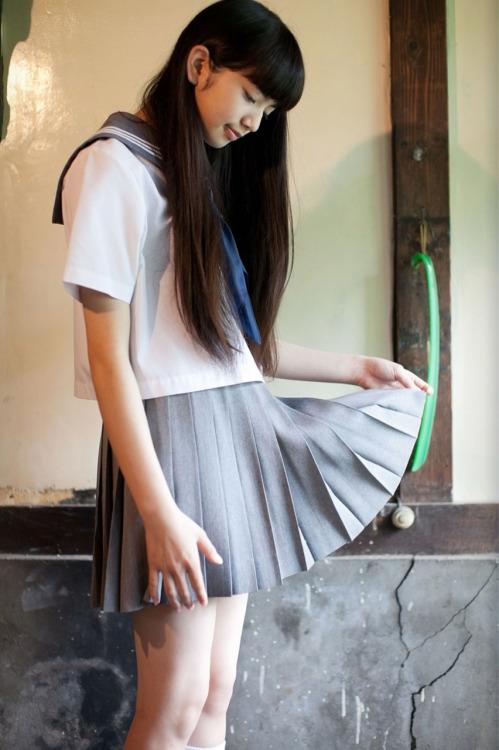 ミニスカート姿の小松菜奈さん