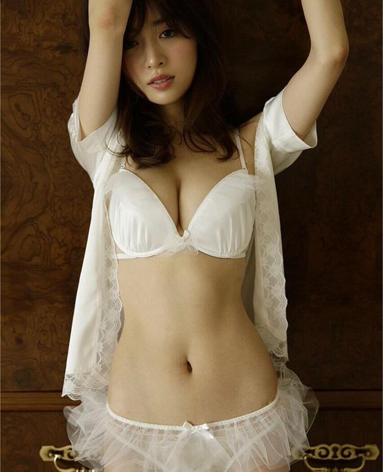 泉里香の水着画像まとめ!胸がセクシー!かわいい私服姿もあり!のサムネイル画像