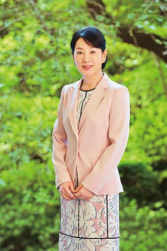 ピンクジャケットにプリントワンピースの吉永小百合。