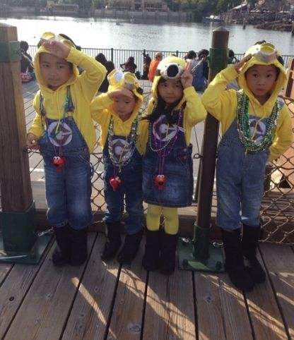 今年のハロウィンはミニオンのコスプレで!カップルから子供・大人まで!のサムネイル画像