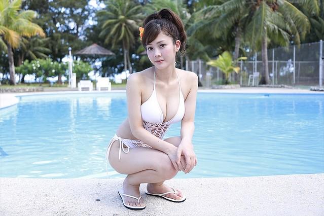 リゾートのプールサイドにいる高宮まり