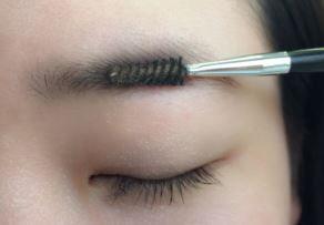 眉毛の形の整え方・書き方のコツ<女性>濃い人や初めてでも大丈夫!のサムネイル画像