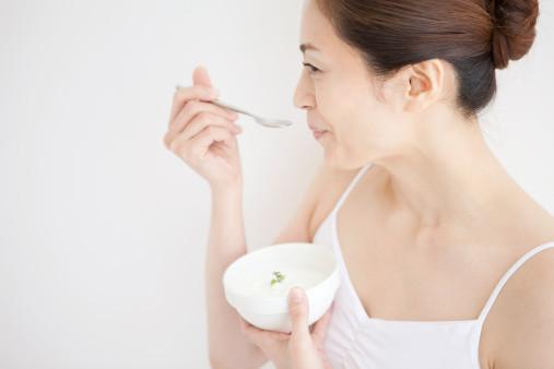 寝る前ヨーグルトダイエットの効果は?便秘も治る?痩せる、太る人の違いは?のサムネイル画像