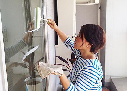 窓拭きの簡単なやり方のコツまとめ!洗剤・新聞紙などの道具も大公開!のサムネイル画像