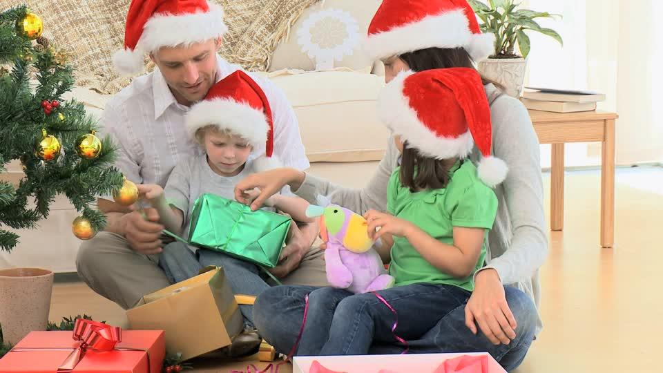 クリスマスプレゼントの渡し方や渡す日、タイミング&彼氏・彼女・子供へのサプライズのサムネイル画像