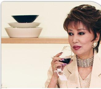 アクセサリーをつけてワインを楽しむ大人の浅丘ルリ子