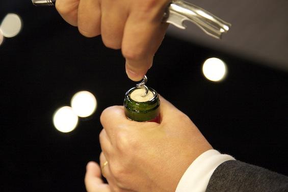 ワインコルク・ボトルの開け方のコツ!コルク抜きやオープナーなしでも簡単に開く!のサムネイル画像