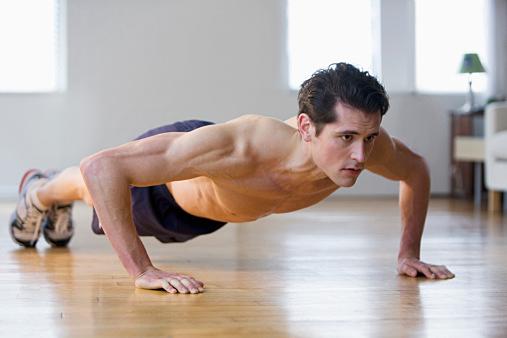 胸筋の鍛え方・トレーニング法!厚い胸板を作る筋トレ【ダンベル・腕立て】のサムネイル画像