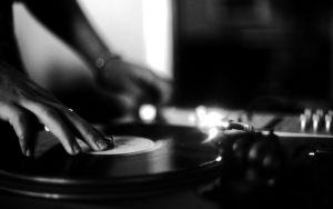 DJとは何か初心者向けに解説!DJの始め方は?スクラッチ?のサムネイル画像