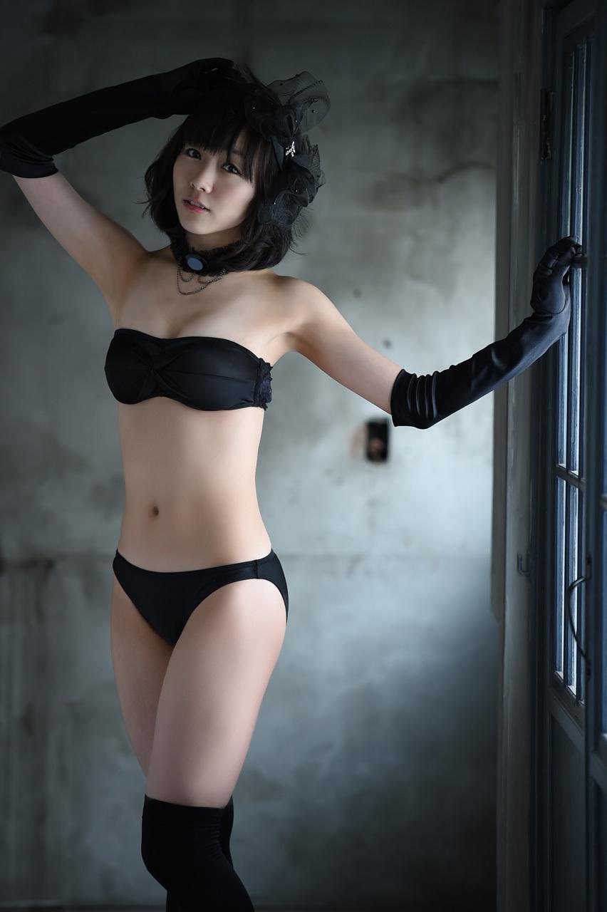セクシーな黒い水着の須田亜香里