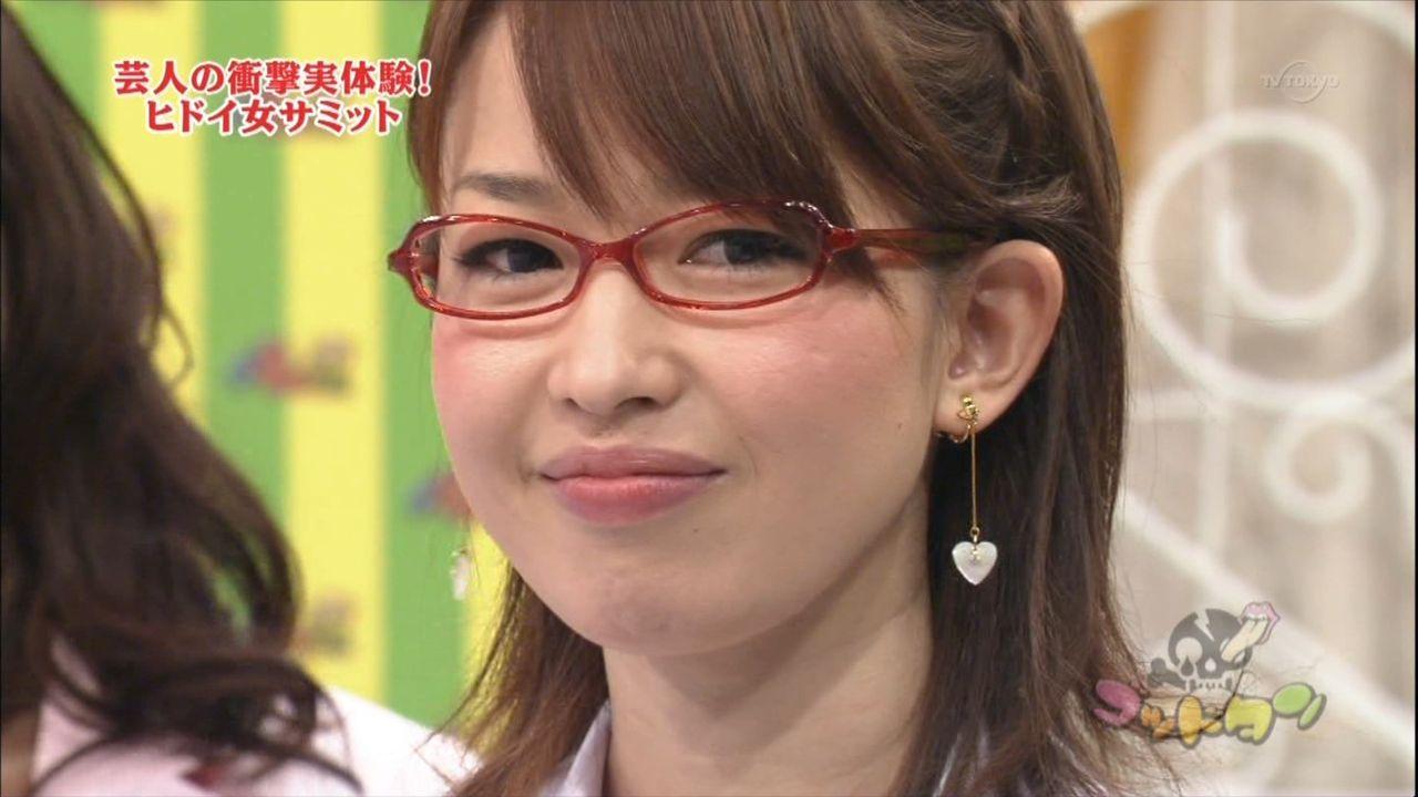 メガネ姿の松丸友紀