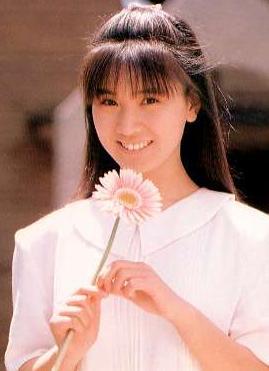 秋元康の嫁・高井麻巳子と娘まとめ!結婚した妻の現在や娘の大学は?のサムネイル画像