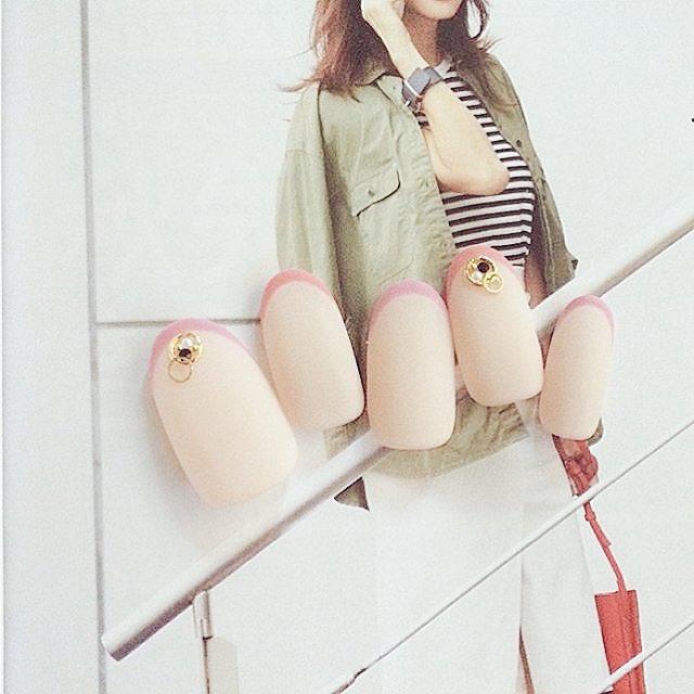 人気のネイルデザイン・フレンチ特集!斜めフレンチのやり方は?のサムネイル画像