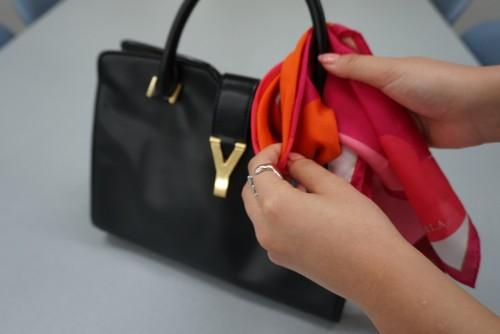 スカーフでバッグをお洒落に!巻き方・結び方・アレンジ方法まとめ!のサムネイル画像