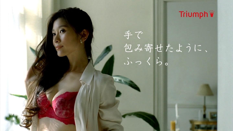 篠原涼子がブラ姿を披露!トリンプのブラジャーCMがセクシーすぎる!のサムネイル画像