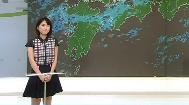 近江友里恵アナウンサーのミニスカート
