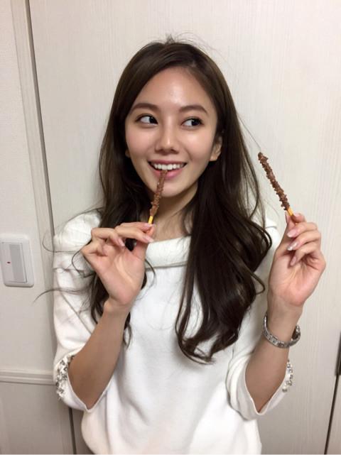 横目でお菓子を美味しそうに食べる伊東紗治子