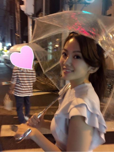 雨の中傘をさして笑顔でご機嫌な伊東紗治子
