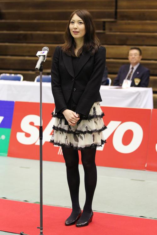 緊張した面持ちでスピーチをする小椋久美子